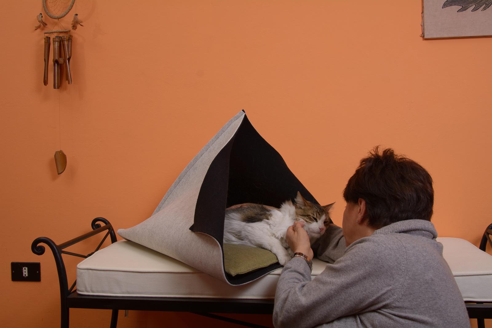 Cuccia in feltro bicolore per gatti